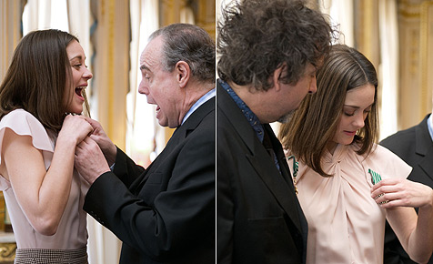 Minister sticht Marion Cotillard mit Ordensnadel