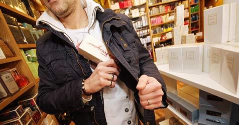 Ladendiebe steckten bei Beutezug teure Parfums ein (Bild: Martin A. Jöchl)