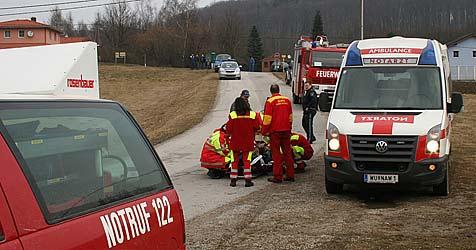 Mann bei Holzarbeit von umstürzendem Baum verletzt (Bild: www.feuerwehr-ollernt.at)