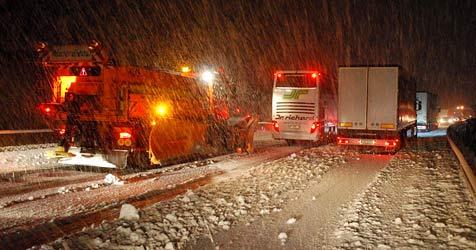 Schneefall und Unfälle führten zu Chaos auf  A2 (Bild: APA/FILMEN.AT)