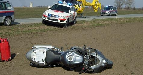 Biker überschlägt sich mehrmals bei Unfall im Marchfeld (Bild: ÖAMTC)