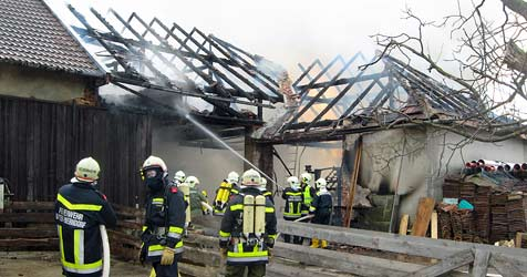 Scheune neben Tankstelle in Brand geraten (Bild: FF Unter Oberndorf)