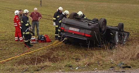 Ehepaar überlebt bei Unfall Überschlag mit Auto (Bild: FF Gunskirchen)