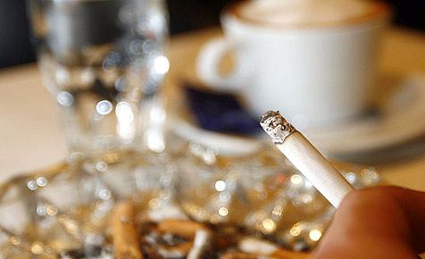 91 Prozent der Gäste stört das Rauchen in Lokalen (Bild: APA/Herbert P. Oczeret)