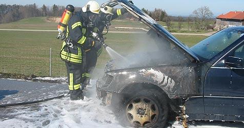 Vater und Tochter nach Pkw-Brand leicht verletzt (Bild: Stefan Unfertinger, Freiwillige Feuerwehr Teisendorf)