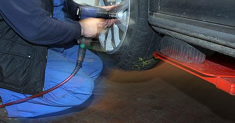 21-Jähriger bei Reifenmontage von Auto erdrückt (Bild: Sepp Pail)