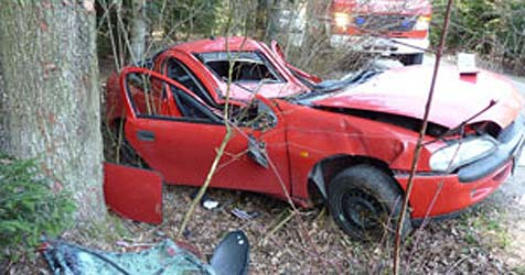 22-Jähriger mit Auto gegen Baum geschleudert (Bild: FF Schleißheim)