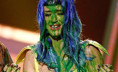 Katy Perry mit grünem Glibber angeschüttet
