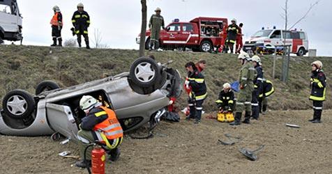 Lkw und Pkw kollidiert - drei Frauen verletzt (Bild: FF Atzenbrugg)