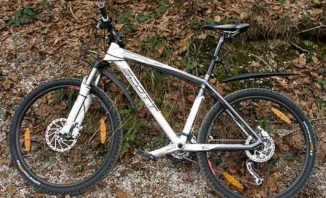 Mountainbiker im Flachgau tot auf der Straße gefunden (Bild: Polizei)