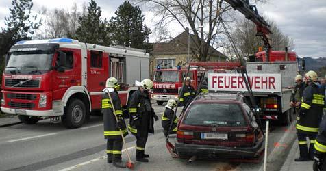 Fünf Verletzte bei Auffahrunfall mit fünf Fahrzeugen (Bild: FF Rosenau)