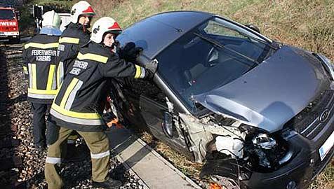 35-jährige Pkw-Lenkerin übersteht Kollision mit Zug (Bild: Feuerwehr Krems)