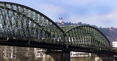 Eisenbahnbrücke in Linz nur noch zwei Jahre befahrbar (Bild: Chris Koller)