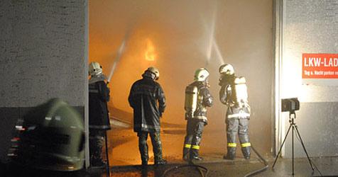 100 Einsatzkräfte bekämpften Feuer in Lagerhalle (Bild: FF Grieskirchen)