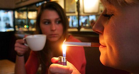 """Countdown läuft - Raucher müssen ins """"Abseits"""" (Bild: dpa/Z5447 Gero Breloer)"""