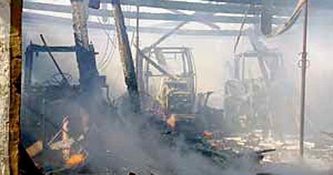 Geräteschuppen und drei Traktoren bei Brand zerstört (Bild: FF Rohrbach)