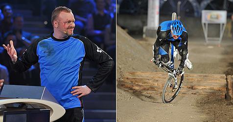 Stefan Raab in seiner Show vom Fahrrad gestürzt (Bild: ProSieben)