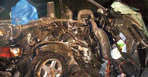 22-jähriger Mann mit Wagen gegen Baum gekracht - tot (Bild: FF Haslau an der Donau)