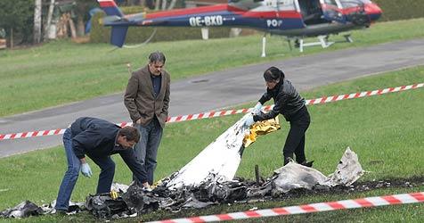 Flugzeug explodiert in der Luft und stürzt ab - Pilot tot (Bild: APA/RUBRA)