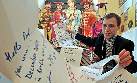 Paul McCartney bekommt 30 Meter langen Fan-Brief (Bild: dpa-Zentralbild/Hendrik Schmidt)