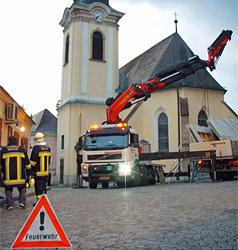 Betonplatten auf Lkw in Weidling in Kurve verrutscht (Bild: FF Weidling)