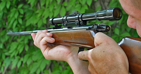 Schuß löst sich aus Gewehr - Mann in Hand getroffen (Bild: KRONEN ZEITUNG/CHRIS KOLLER)