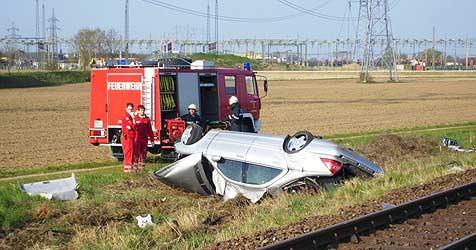 Autofahrerin im Bezirk Braunau von Zug erfasst (Bild: FF Braunau)