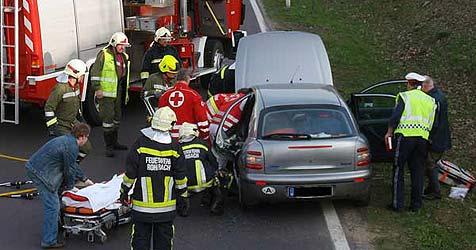 Lenker bei Unfall im Bezirk Rohrbach in Auto eingeklemmt (Bild: FF Rohrbach)