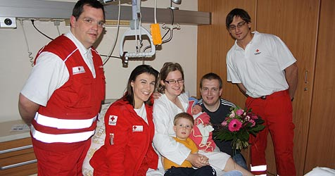 Sanitäter konnten gerade noch bei der Geburt helfen (Bild: RK OÖ/NeuAug)