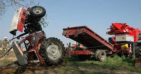 Traktor kommt ins Rollen und kippt Böschung runter (Bild: FF Vöcklabruck)
