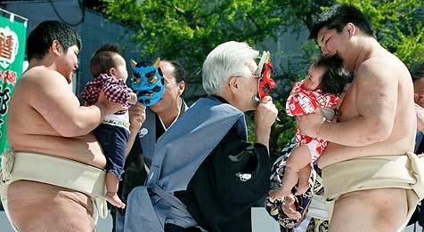 Wieso Japans Sumo-Ringer Babys zum Heulen bringen