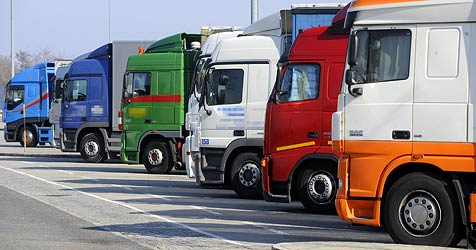 Lasterfahrer sticht im Rausch auf Kollegen ein (Bild: APA/HERBERT PFARRHOFER)