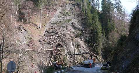 Sprengung soll Hangrutsch bei Mühlbach stoppen (Bild: Krone)