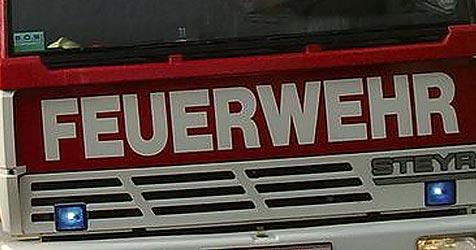 Wohnwagen auf der A5 in Flammen aufgegangen (Bild: APA/FF Tregelwang)