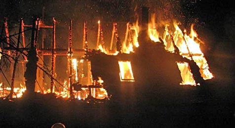 Früheres Wohnhaus von Ex-Minister Sekanina vernichtet (Bild: Feuerwehr Ybbs an der Donau)