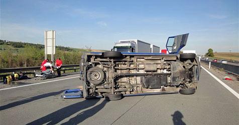 Bus umgekippt -  vier Menschen zum Teil schwer verletzt (Bild: FF Loosdorf)