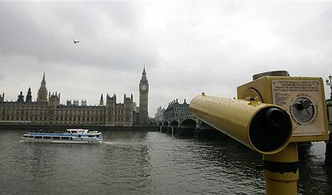 Bootskapitän nutzt Straßen-Navi für Fahrt auf Themse (Bild: AP)