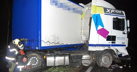 Laster durchbricht Leitschiene auf der A2 - Lenker verletzt (Bild: Einsatzdoku.at)