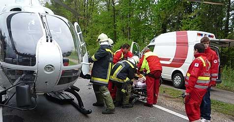 Lenker rast nach Unfall in Helfergruppe (Bild: salzi.at)