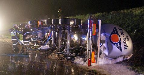 Schwerer Crash auf der A5: Gefahr durch heiße Ladung (Bild: FF Mistelbach)