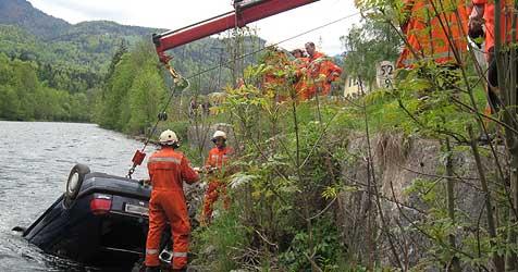 23-jährige Lenkerin stürzt mit Pkw in die eiskalte Traun (Bild: FF Bad Goisern)