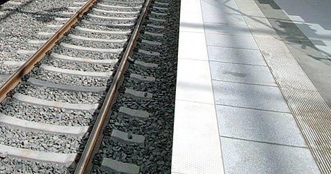 Betrunkener in Linz unter abfahrenden Zug geraten (Bild: dpa/dpaweb/dpa/A3250 Oliver Berg)