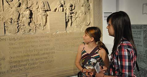 Zwei Schülerinnen entdecken die Renaissance (Bild: Fritz Steinbock)