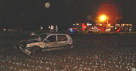 18-jähriger Lenker lebensgefährlich verletzt (Bild: FF Schwadorf)