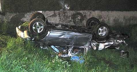 26-Jähriger prallt mit Auto gegen Betonmauer - tot (Bild: FF Bad Hall)