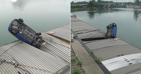 Auto stürzt über Mauer und landet auf Schiffsdeck (Bild: FF Ennsdorf)
