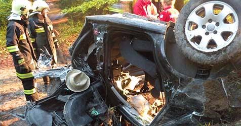 19-jähriger Lenker tot aus Wrack geborgen (Bild: FF Lohnsburg)