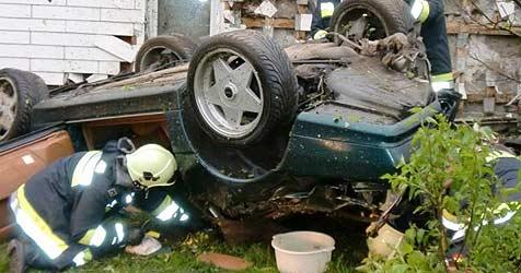 Lenker kracht mit Auto gegen Hauswand - tot (Bild: FF Bad Leonfelden)