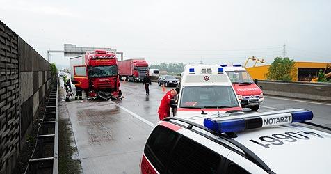16 Kilometer langer Stau nach Unfall mit drei Lkw auf der A1 (Bild: Foto kerschi)