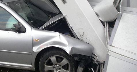Lenker rast in Garage und bleibt unverletzt (Bild: FF Schweinbach)
